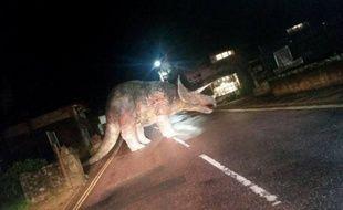 Un faux tricératops abandonné sur une route de l'île de Wight, en Angleterre.