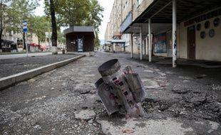 Une roquette Smerch non explosée plantée dans le sol d'une rue  de Stepanakert, capitale de Karabakh, régulièrement bombardée depuis fin septembre 2020 par l'armée azerbaïdjanaise.