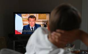 Un spectateur regardant l'allocution d'Emmanuel Macron, le 13 avril 2020, au cours de laquelle le président de la République a annoncé la prolongation du confinement jusqu'au 11 mai.