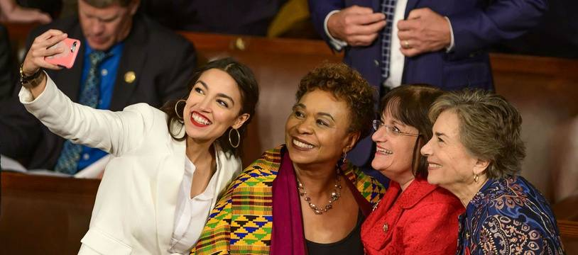 L'élue démocrate Alexandria Ocasio-Cortez (à gauche, en blanc) prend un selfie avec trois collègues du Congrès le 3 janvier 2019.