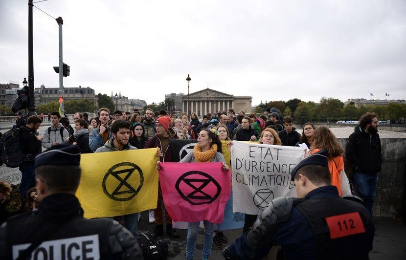 Extinction rebellion bloque la circulation autour de l'Assemblée nationale