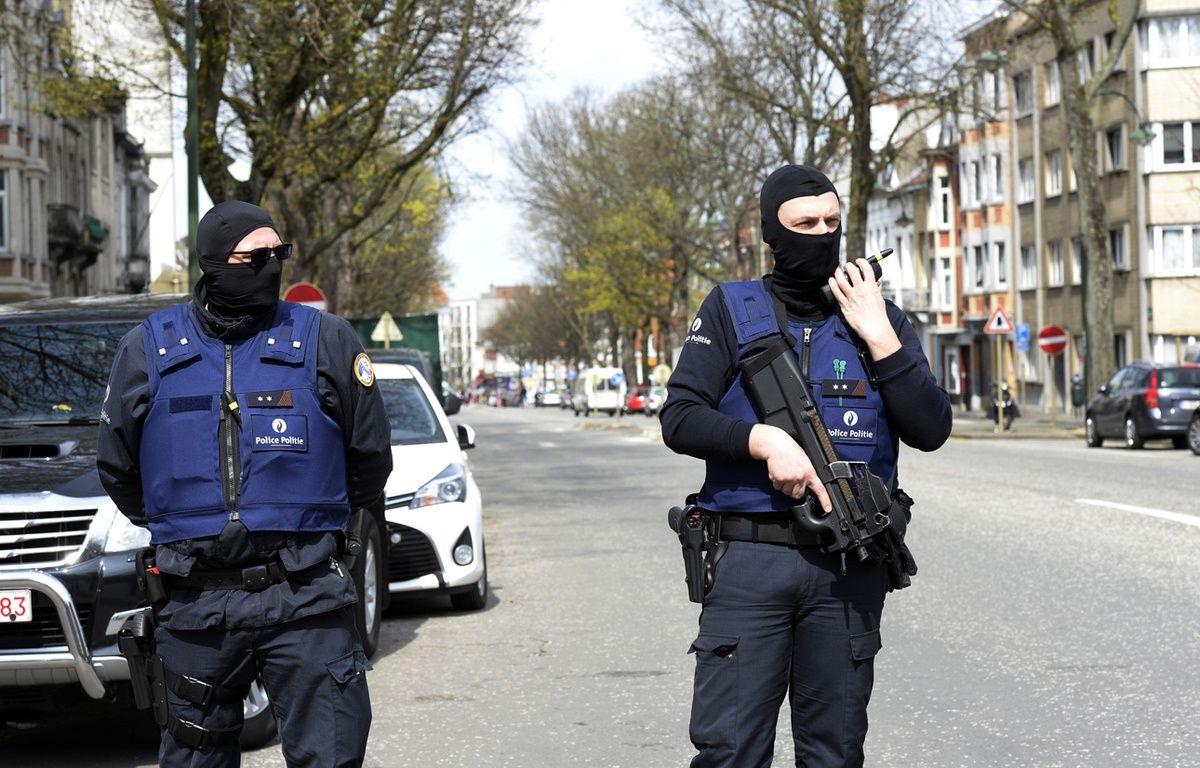 La police belge lors d'une opération de police en lien avec les attentats de Bruxelles au lendemain de l'arrestation de Mohamed Abrini et Osama Krayem.  – THIERRY CHARLIER / AFP