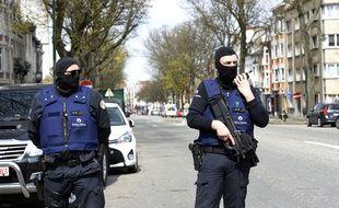La police belge pensant une opération de police en lien avec les attentats de Bruxelles au lendemain de l'arrestation de Mohamed Abrini et Osama Krayem.