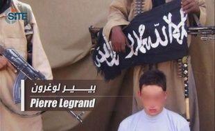 Le frère d'un des six Français détenus au Sahel par Aqmi s'est adressé samedi directement aux ravisseurs via une vidéo, les interpellant sur le blocage des négociations, mais sa démarche a divisé les familles des otages.