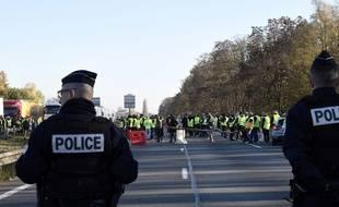 Des policiers font face à des manifestants le 17 novembre