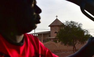 Un homme conduit à côté d'une église, au Burkina Faso (image d'illustration).