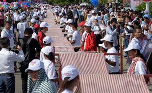 Le Cambodge a gagné une place dans le livre Guinness des records le 1er juillet pour une version d'un kilomètre de long du célèbre foulard du pays, le krama.