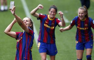 Lieke Martens, de Barcelone, prend un selfie avec ses coéquipières alors qu'elles célèbrent après avoir battu le Paris Saint-Germain lors de la demi-finale retour de la Ligue des champions féminine au stade Johan Cruyff de Barcelone, en Espagne, le 2 mai 2021.