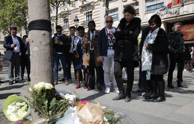 Vendredi 21 avril 2017, des passants déposent des fleurs sur les Champs-Elysées au lendemain de l'attentat.