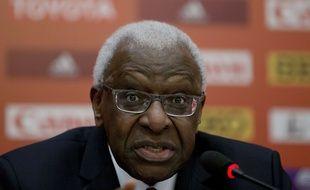 Le président sortant de la Fédération internationale d'athlétisme Lamine Diack lors d'une conférence de presse, le 20 août 2015 à Pékin.