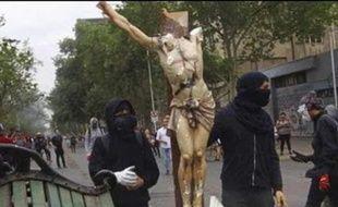 Cette image représente des activistes chiliens en train de piller une église