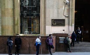 Des Argentins font la queue devant une banque à Buenos Aires, le 4 août 2020.