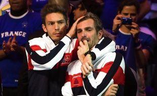 Nicolas Mahut console Julien Benneteau, en larmes avant la finale de la Coupe Davis France-Belgique, le 24 novembre 2017 à Lille.