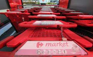 Illustration de chariots devant un supermarché Carrefour Market. Ici près de Rennes.