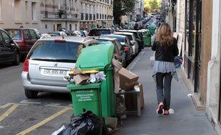 Des poubelles sur le trottoir à Paris. (Illustration)