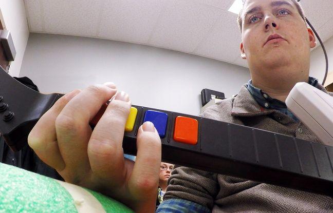 Grâce à une puce implantée dans son cerveau, Ian Burkhart, paralysé depuis un accident, peut de nouveau bouger la main.