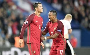 Ronaldo réconforté par Nani lors de Portugal-Autriche, le 18 juin 2016 à l'Euro.