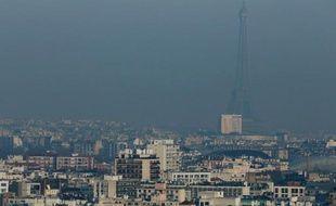 La Tour Eiffel dans un nuage de pollution, à Paris le 12 décembre 2013
