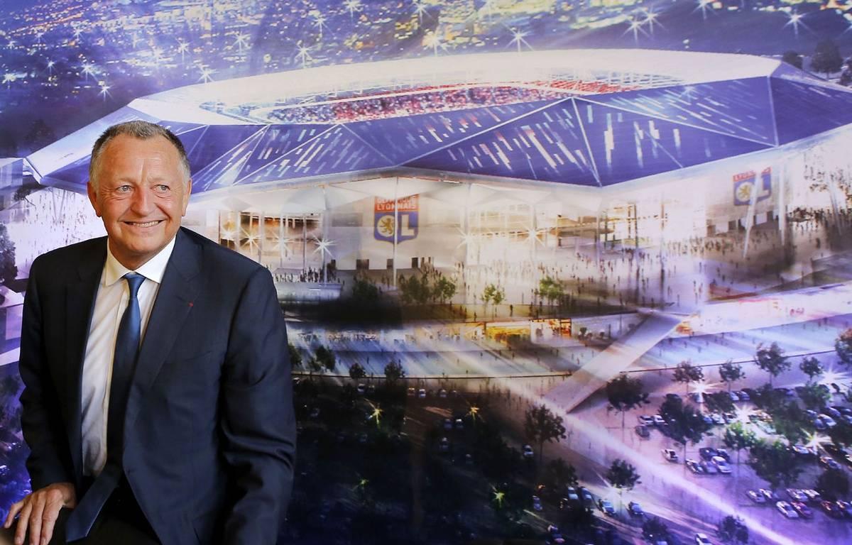 Jean-Michel Aulas devant la maquette du Grand Stade de Lyon. – FAYOLLE PASCAL/SIPA