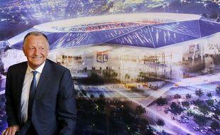 Jean-Michel Aulas devant la maquette du Grand Stade de Lyon.