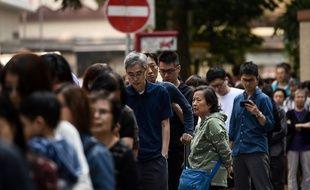 Une file d'électeurs attend son tour pour voter dans le quartier de Wan Chai à Hong Kong, le 24 novembre 2019.