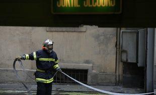 Les pompiers ont arrosé massivement le site agricole pour prévenir le risque d'explosion.