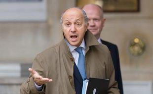 """La France """"condamne avec la plus grande fermeté l'attentat"""" commis contre son ambassade à Tripoli en Libye, qui a fait deux blessés parmi son personnel, a déclaré mardi le ministre des Affaires étrangères, Laurent Fabius."""