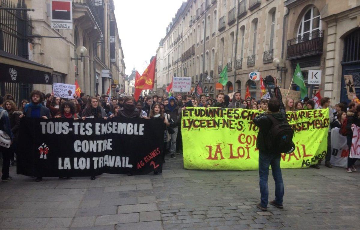Le cortège anti-loi El Khomri s'avance non loin de la place de la mairie à Rennes le 24 mars 2016 – J. Gicquel / APEI / 20 Minutes