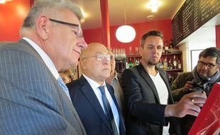 Christian Eckert, secrétaire d'Etat au Budget et Michel Sapin, ministre des Finances assistent à une démonstration par Jean-François Paris, un restaurateur qui s'est équipé d'un logiciel efficace pour lutter contre le fraude à la TVA jeudi 1er octobre 2015.