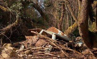 Une carcasse de voiture abandonnée le 2 avril 2003 au nord d'Ajaccio en Corse