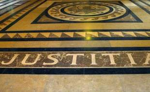 """Photo prise le 10 décembre 2004 au palais de justice de Paris de l'inscription latine """"Justitia"""" sur le dallage de la salle des Pas perdus"""