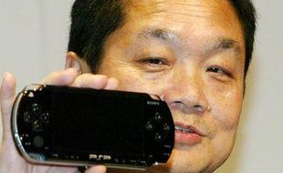 En mai 2004, alors PDG de Sony Computer Entertainment, Ken Kutaragi présente la PlayStation Portable.