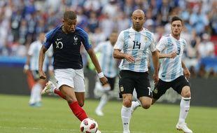 Mbappé en train de semer toute l'équipe d'Argentine.