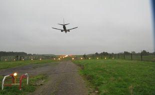 A l'extrémité sud de la piste de l'aéroport de Nantes, un avion se prépare à atterrir après avoir survolé Saint-Aignan-de-Grand-Lieu.