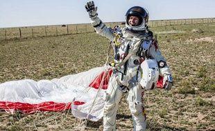 Felix Baumgartner célèbre son saut supersonique près de Roswell (Nouveau-Mexique), le 14 octobre 2012.