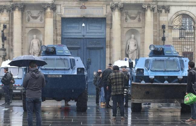 Deux blindés font partie du dispositif de sécurité devant la mairie de Bordeaux, le 15 décembre 2018.