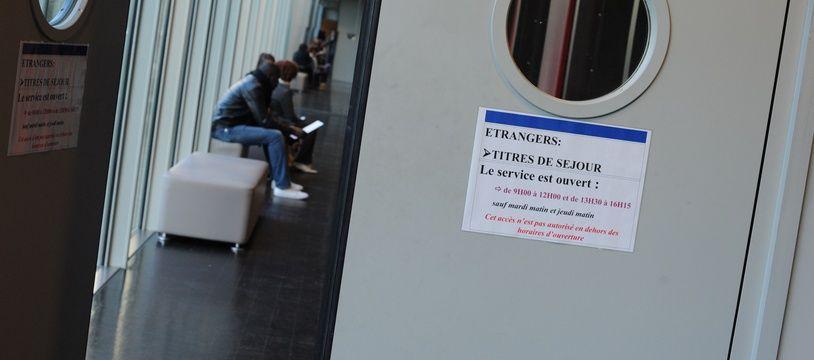 Un service où sont traitées les demandes de titres de séjour (Illustration)