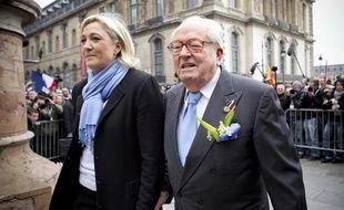 Marine Le Pen et on père Jean-Marie Le Pen devant la statue de Jeanne d'Arc lors du traditionnel défilé du Front  national le 1er mai 2013, à Paris.