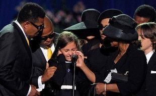Paris Michael Katherine, fille de Michael Jackson, réconfortée par le reste de la famille, au Staples Center de Los Angeles, le 7 juillet 2009