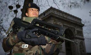 Une femme soldat en arme aux abords de l'Arc de Triomphe à Paris, le 16 novembre 2015