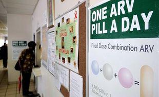 Une femme fait la queue à la pharmacie de la clinique de Phedisong (Afrique du Sud), le 8 avril 2013  lors du lancement d'un nouveau médicament anti-sida.