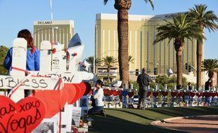 Une femme prie à la mémoire des victimes de la tuerie de Las Vegas, le 6 octobre 2017.