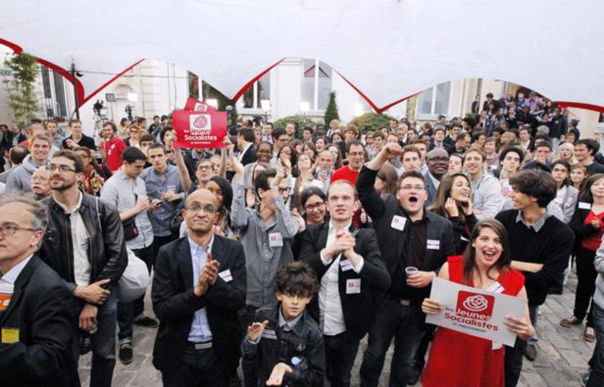 Rue de Solférino, des militants fêtent la victoire du parti socialiste qui remporte les éléctions législatives le 7 juin 2012. – P. VERDY / AFP