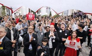 Rue de Solférino, des militants fêtent la victoire du parti socialiste qui remporte les éléctions législatives le 7 juin 2012.