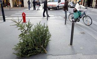 Un sapin abandonné sur le trottoir à Lyon.