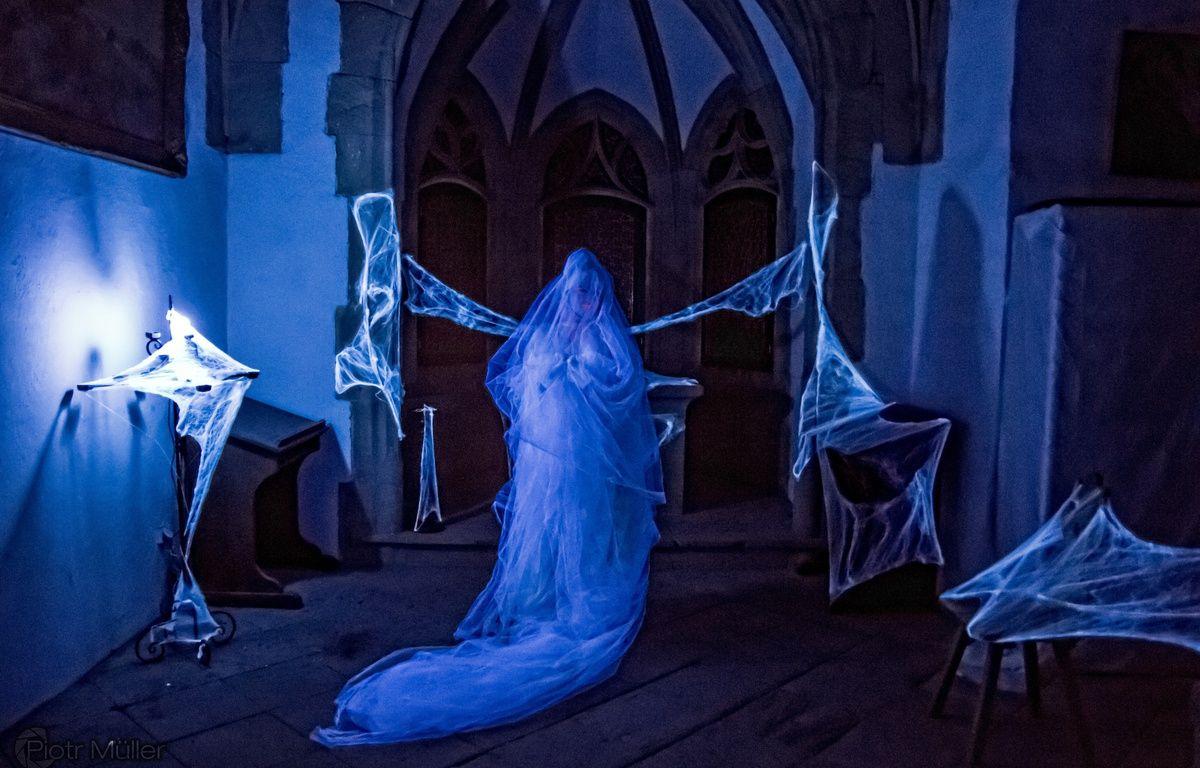 Lors de la LARP the Witcher, un fantôme a attaqué le château. Les élèves devaient enduire leur lame d'une huile spéciale pour le vaincre. – Piotr Muller