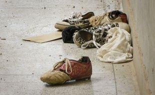 Des chaussures abandonnées par des étudiants de l'université de Garissa, au Kenya, où les shebab ont tué 148 personnes le 2 avril 2015.