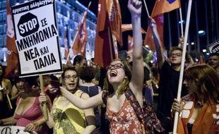 Des Grecs se réjouissent des résultats au référendum devant le Parlement à Athènes le 5 juillet 2015