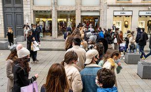 Une file d'attente devant un magasin à Lyon, pendant les soldes d'hiver 2021.