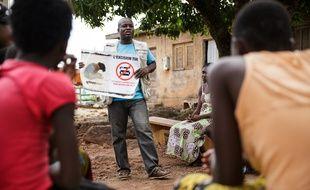 Un membre de l'ONG OIS Afrique, partenaire de l'Unicef, s'exprime lors d'une reunion sur les mutilations génitales féminines/excision (MGF/E) à Katiola, dans la région de la vallée du Bandama, en Côte d'Ivoire, en juillet 2013.